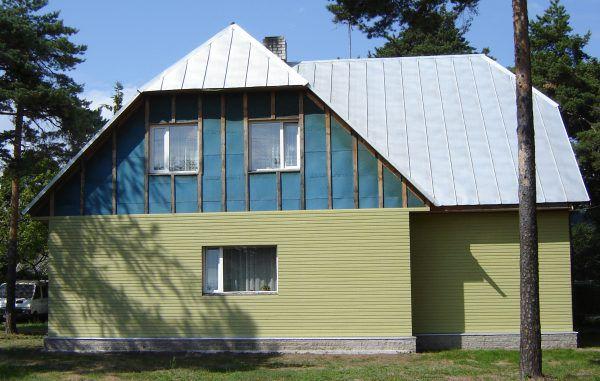 Дом, обшитый плитой Изоплат с частичной установкой фасада.