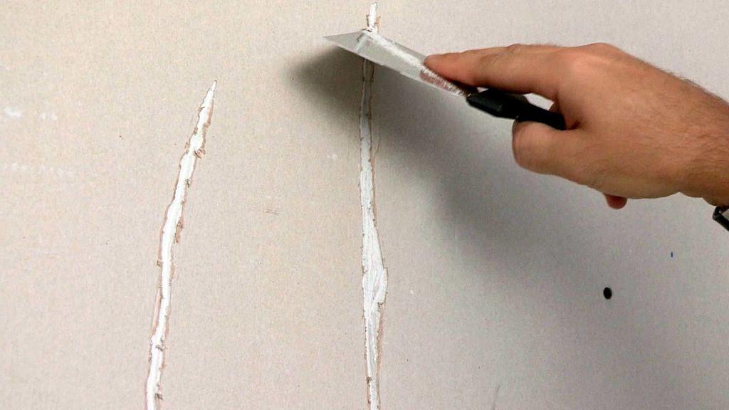 На фото заполнение трещины шпаклевкой