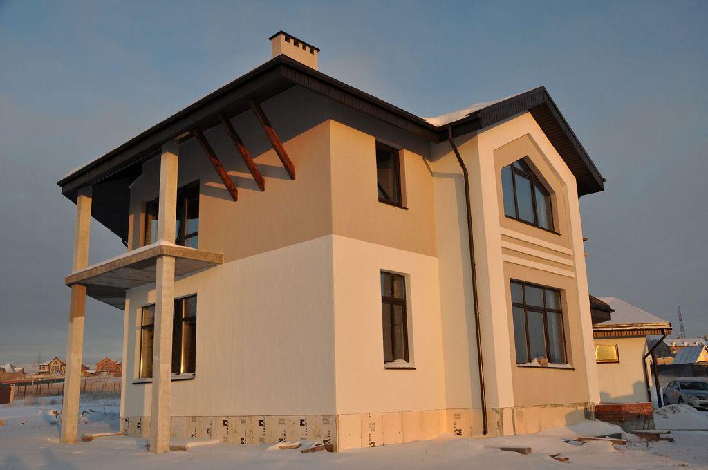 Оштукатуренный и окрашенный в теплые цвета фасад