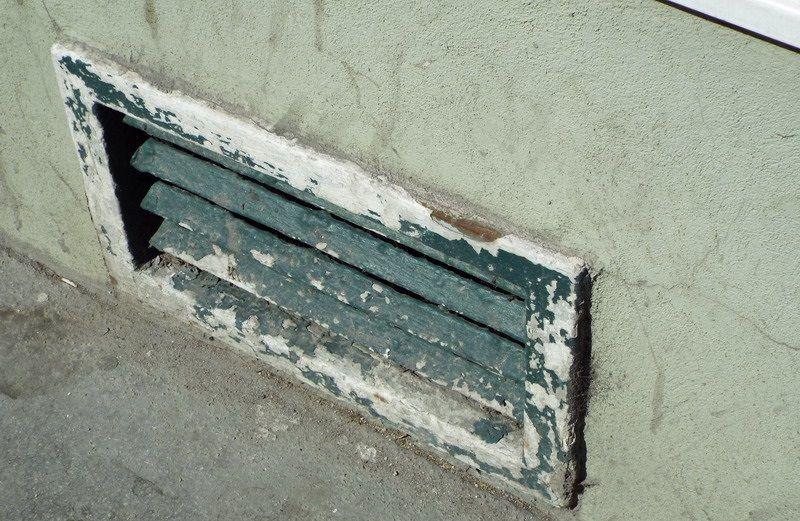 Стальная фасадная решетка с дефектами