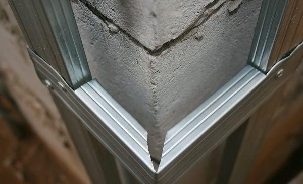 Стыковка металлической обрешётки на углу здания