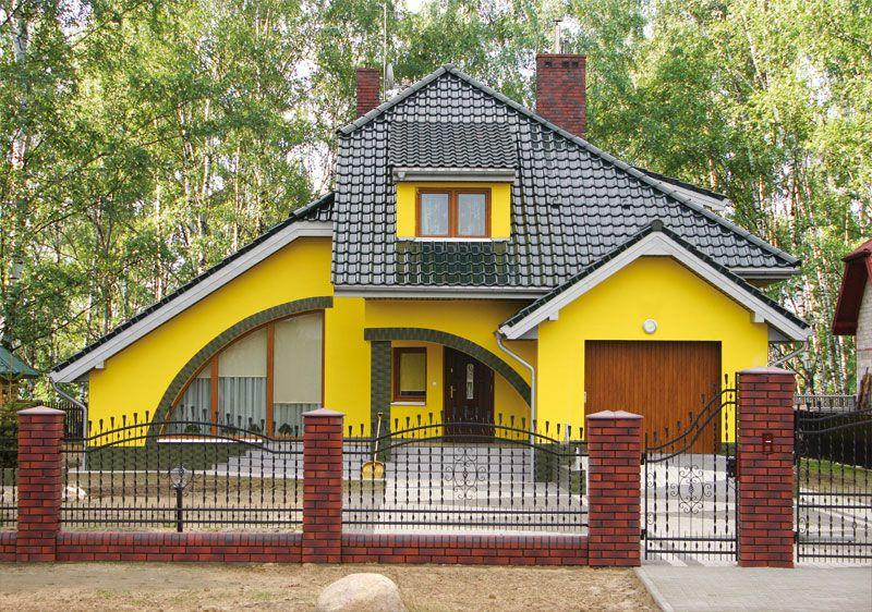 Яркий желтый фасад дома
