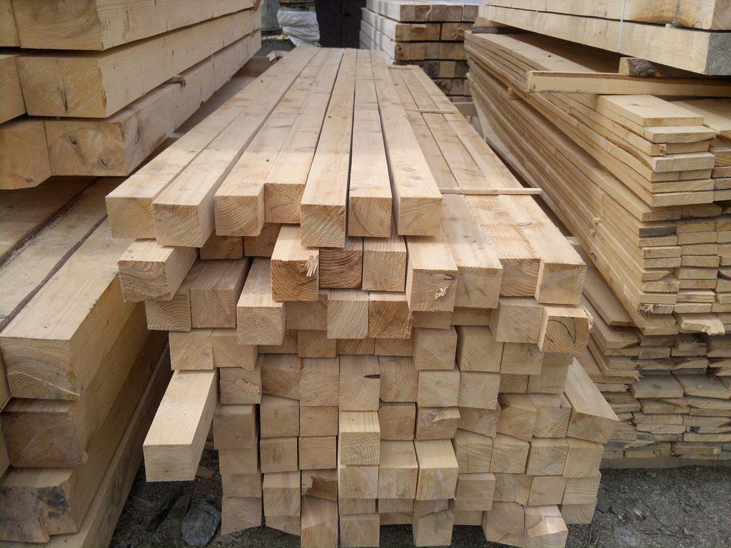 Деревянный брус «удлинять» (наращивать) сложнее, поэтому длина стоевого бруса должна быть равной высоте дома