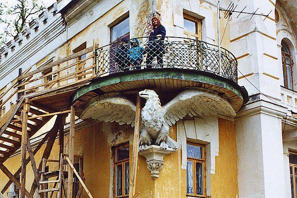 Балкон, поддерживаемый оригинальной консолью в форме орла