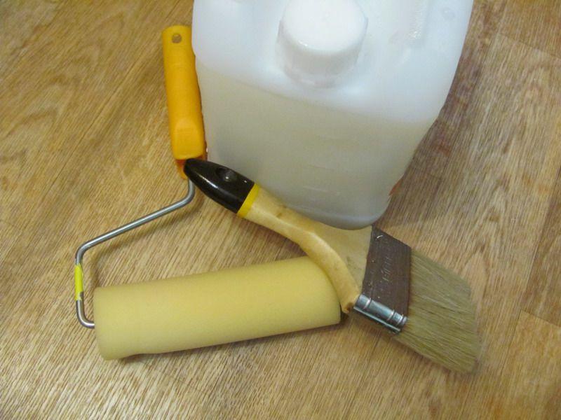 Для нанесения грунтовки потребуется кисть и валик