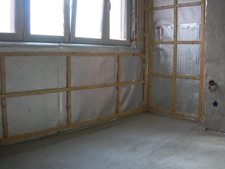 """Утепление балкона """"Пенофолом"""" (поверх теплоизолятора смонтирован обшивочный каркас)"""