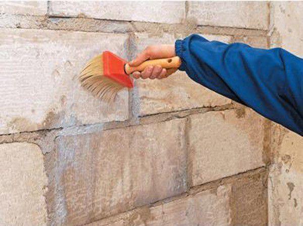 Грунтовка стены здания