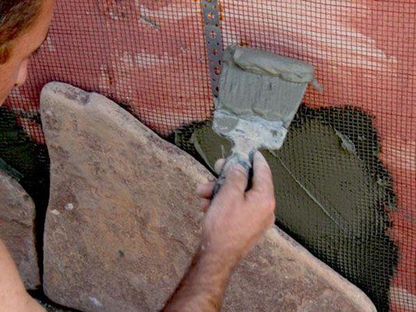 Нанесение клеящего раствора и закрепление камня