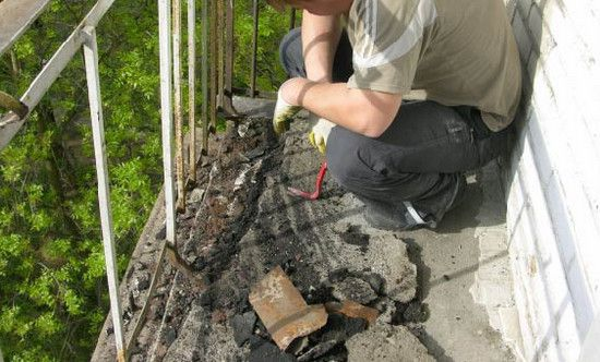 Демонтаж обшивки на балконе
