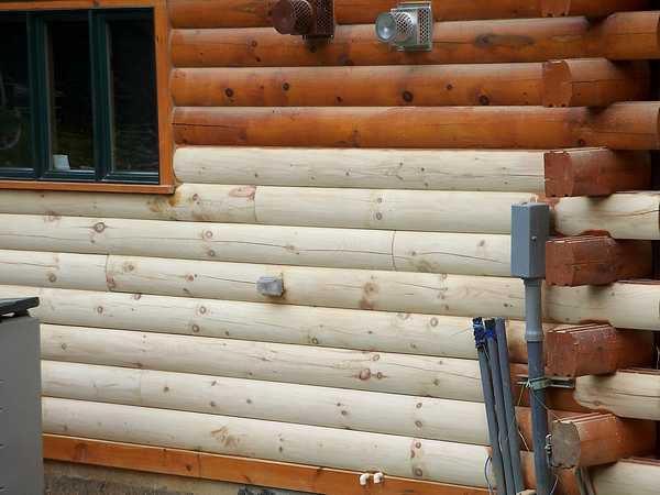 Деревянный дом в процессе окрашивания