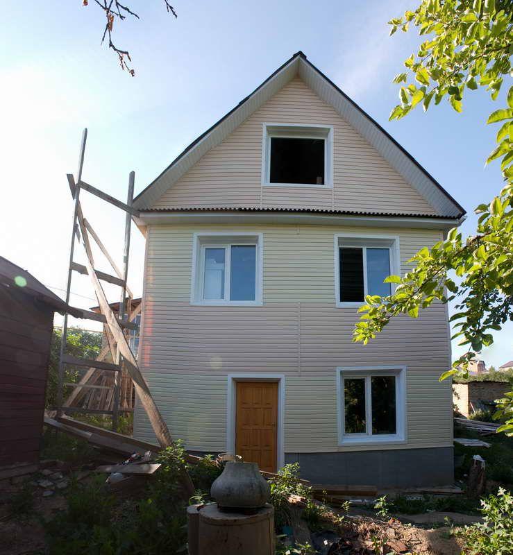 Готовый результат - обшит фронтон, установлены софиты