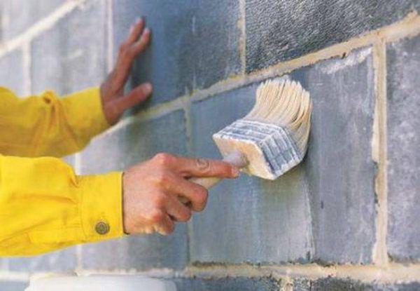 Грунтовка фасада значительно улучшает сцепление нового покрытия с поверхностью