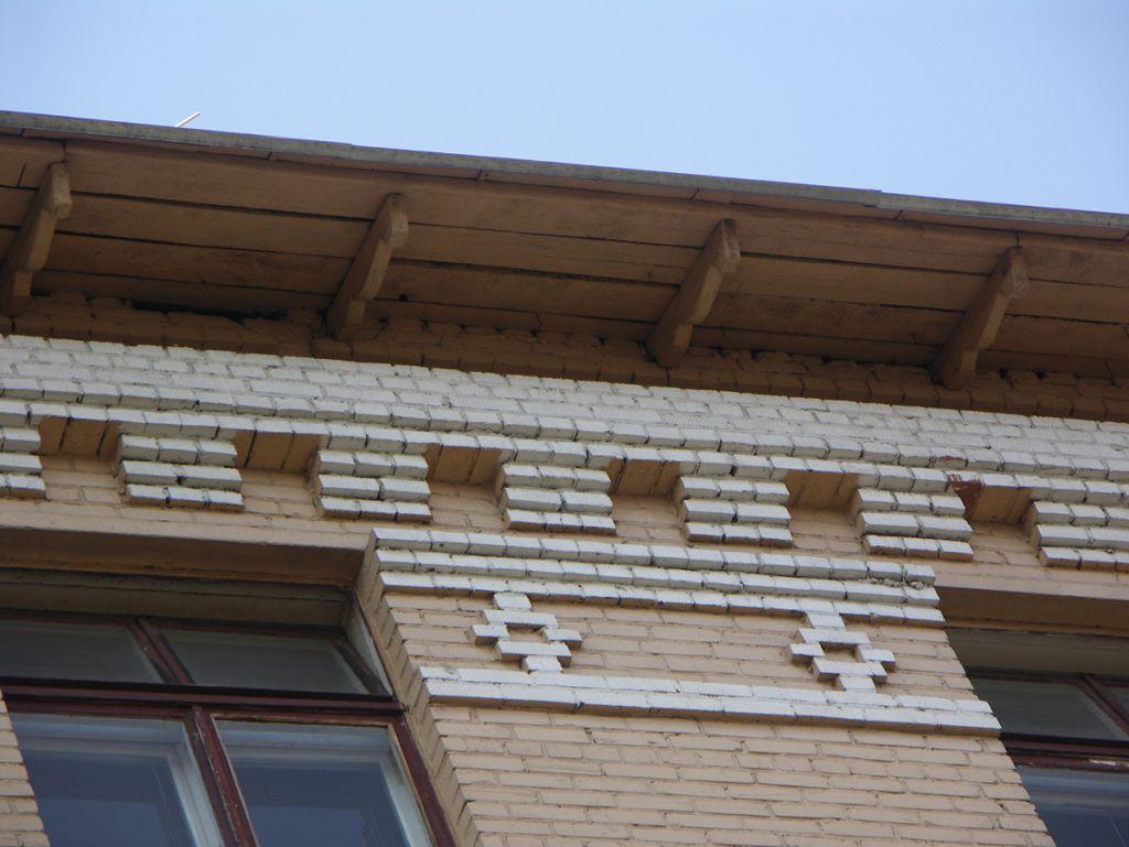 Карниз дома с широкими кирпичными кронштейнами