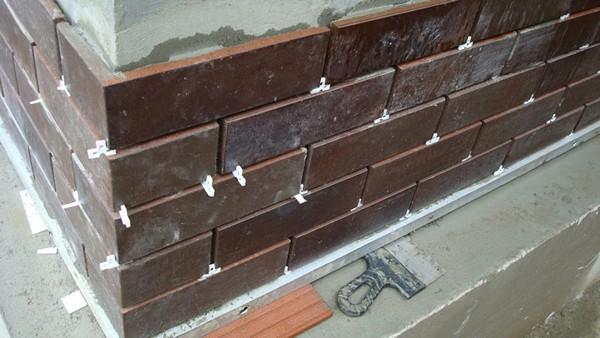 Вариант отделки цоколя дома при помощи клинкерной плитки.