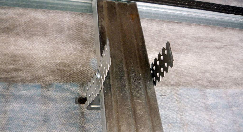 Крепление стойки металлического каркаса к подвесу