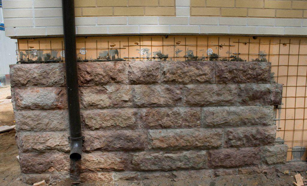 На фото – отделка цоколя декоративным камнем