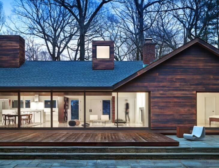 На окрашивание деревянной поверхности уйдет немного больше краски, чем на кирпичную или бетонную стену