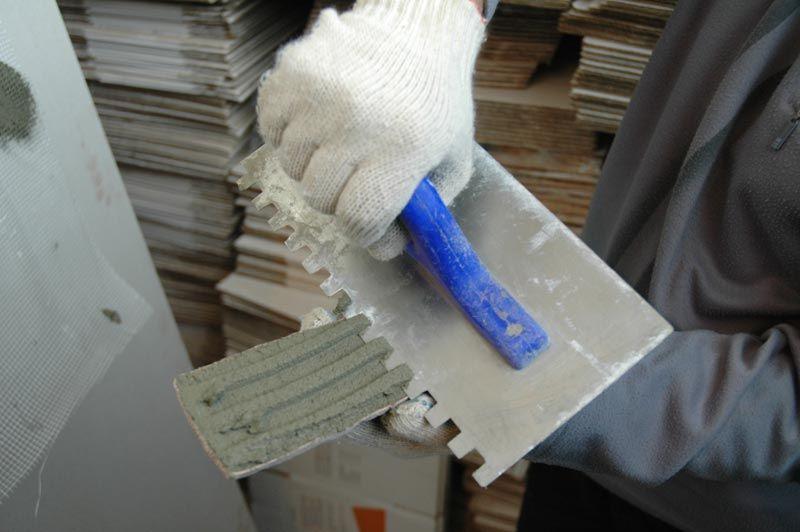 Наносите клей зубчатым шпателем