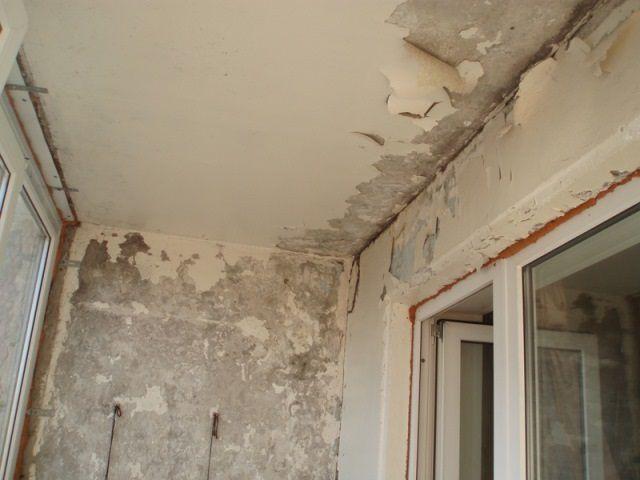 Первым делом проводится очистка поверхностей, тщательная уборка балкона от грязи и пыли