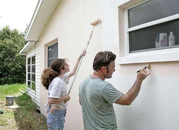Подкрашивание стены дома снаружи