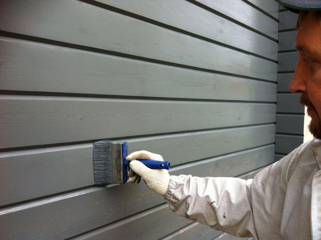 После монтажа деревянный фасад покрывается защитным слоем краски