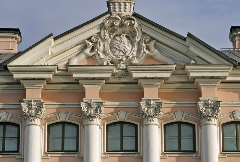 Треугольный фронтон с гербом Строгановых