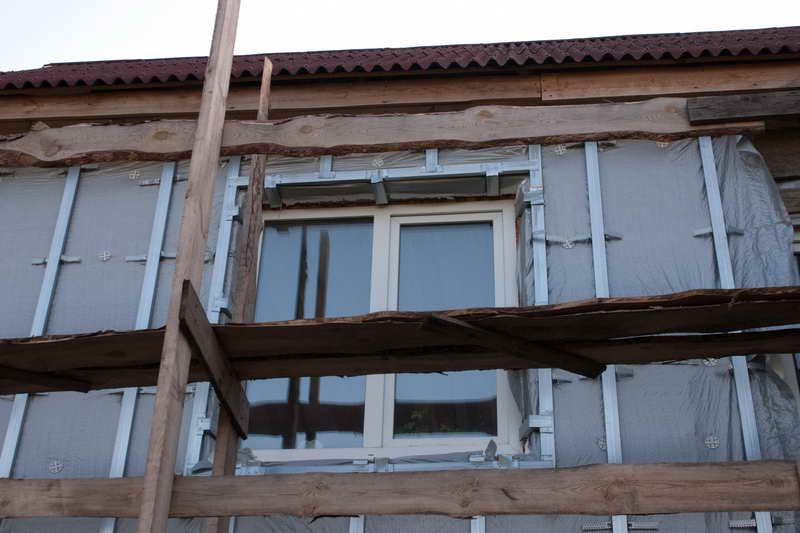 Установленный вокруг окна профиль обрешетки