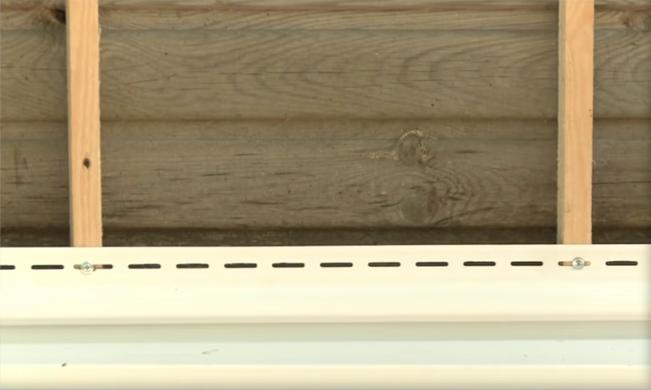 Вкручиваем саморезы по центру отверстий, проверяем плотность крепления, слегка перемещая планку вправо-влево