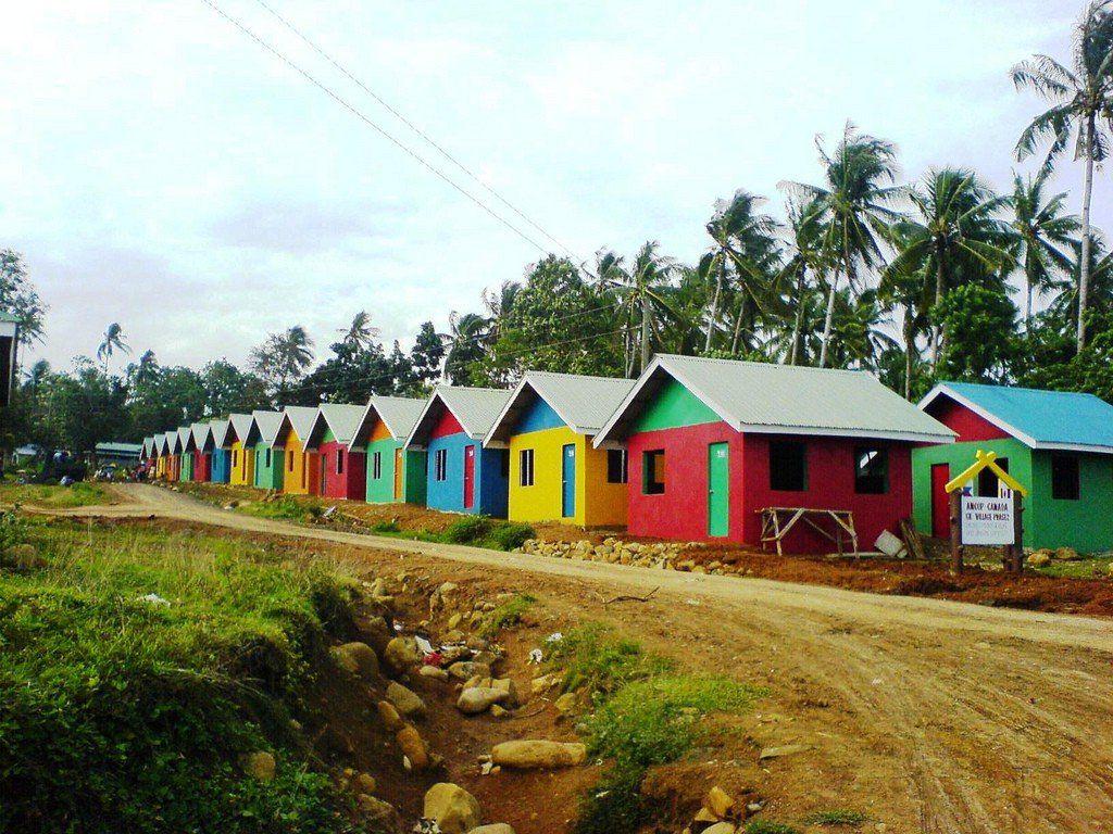 Яркие фасады окрашенных домов