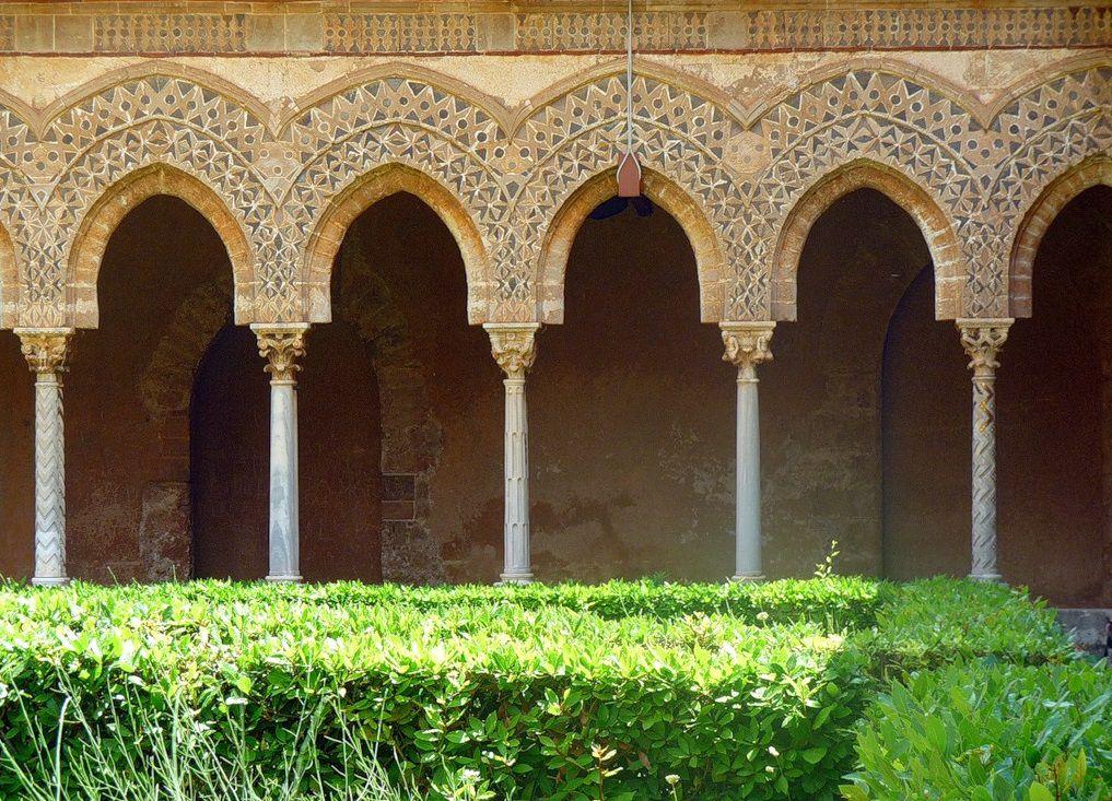 Сочетание арок и колонн (здание в Италии)