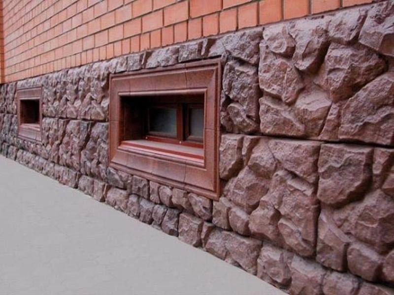 Внешний вид цоколя дома, в отделке которого использовался искусственный камень.