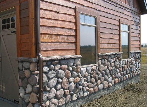 Цоколь дома, отделанный натуральным камнем