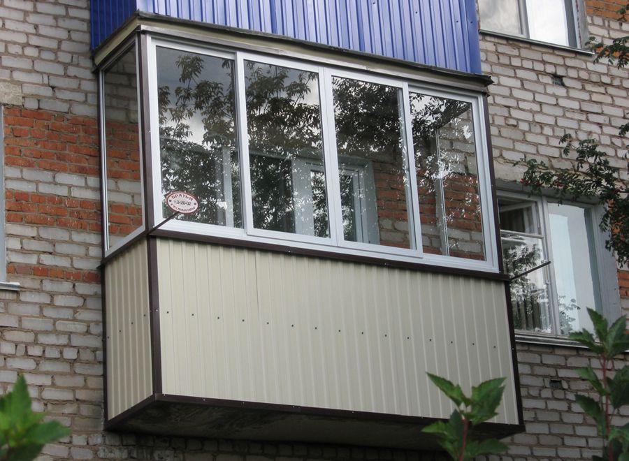 Балкон, обшитый вертикальным сайдингом