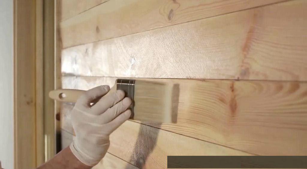 Обработка деревянного фасада антисептической грунтовкой