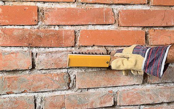 Для очистки стены используют проволочную или жёсткую щетку из искусственной щетины