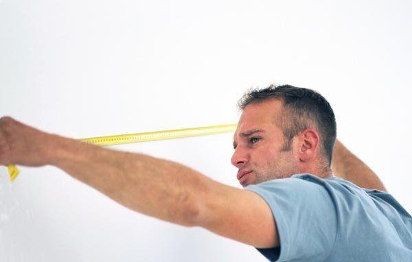 Используя рулетку, измерьте стены и узнайте их площадь