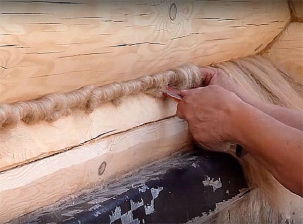 Конопатка сруба паклей