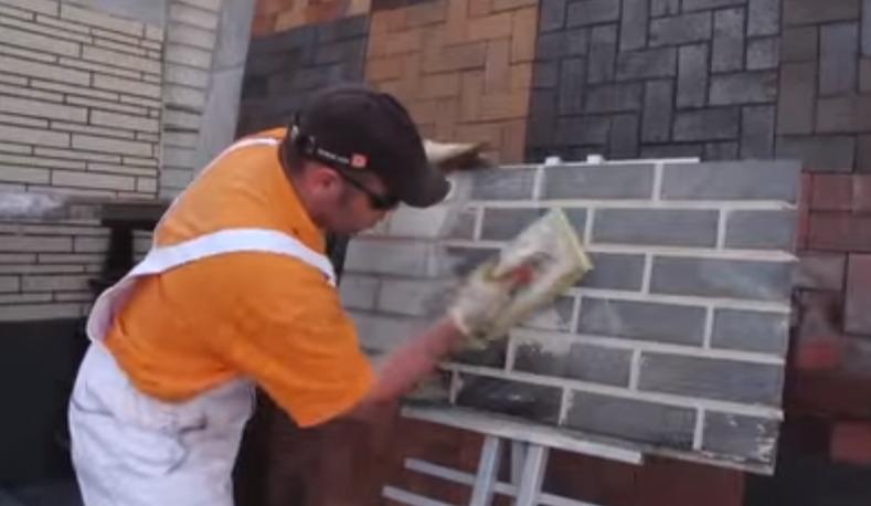 Мокрой губкой отмываем стену
