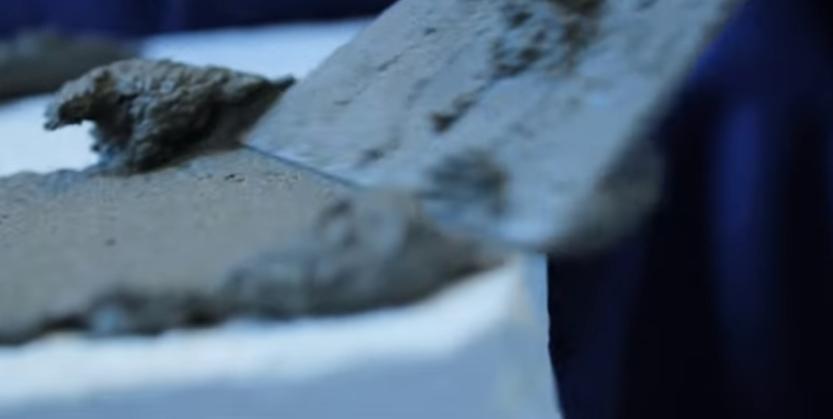 Нанесение клея на элемент шпателем