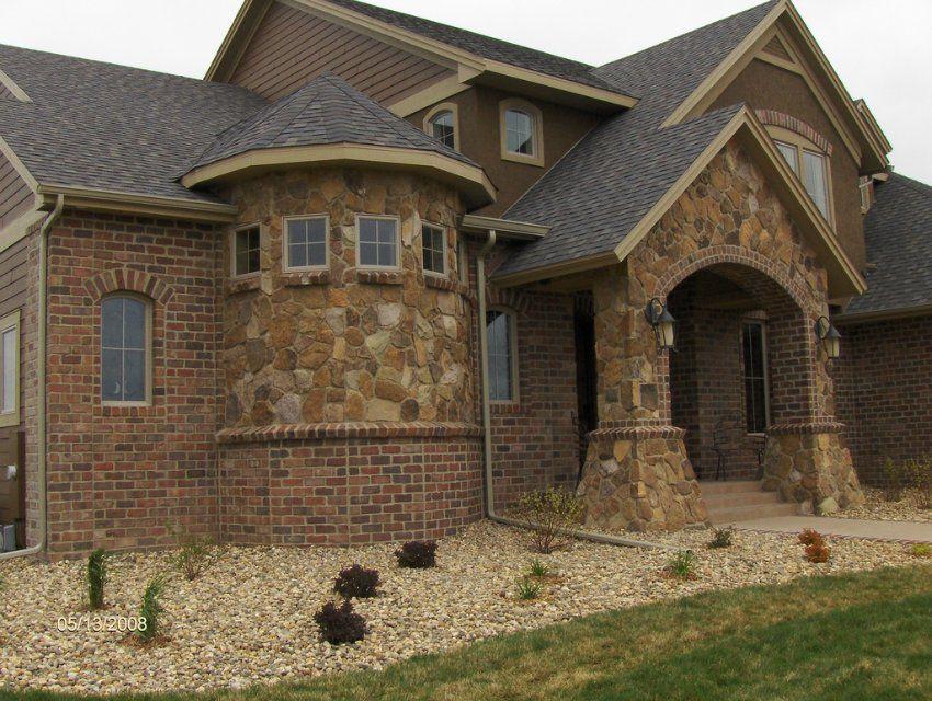Облицовка фасада частного дома природным камнем песчаником