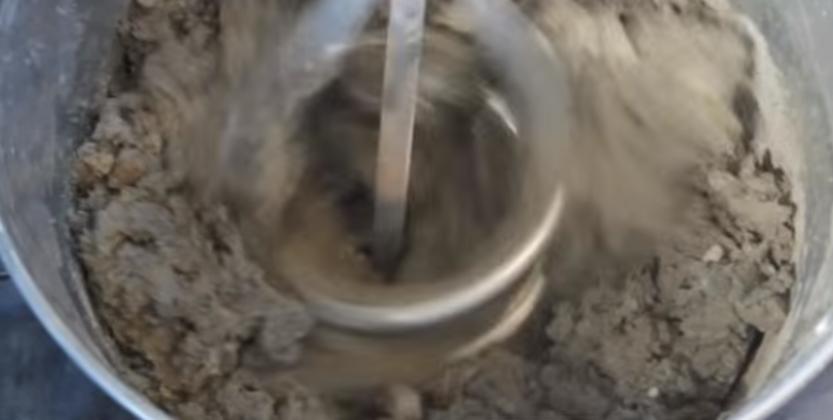 Производим замешивание дрелью с насадкой-миксером