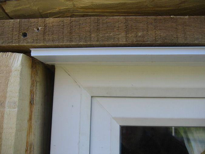 По глубине окна вырезаем из пластиковой панели откос и вставляем его в заранее прикрепленный к окну П-образный пластиковый профиль