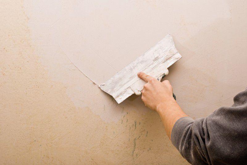 Процесс шпатлевки стен