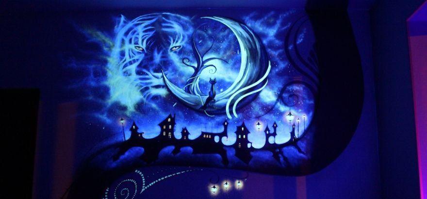 Рисунок на стене, светящийся в темноте