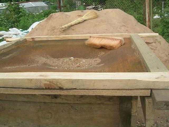 Сеем песок для раствора