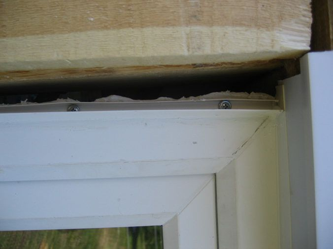 Со стороны, где профиль будет прилегать к окну, наносим слой герметика, и прикрепляем профиль к окну