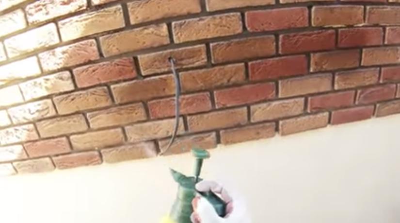 Увлажняем стену из пульверизатора