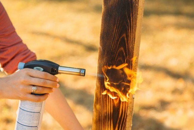 Эффекта состаренной древесины можно добиться и с помощью обжига паяльной лампой