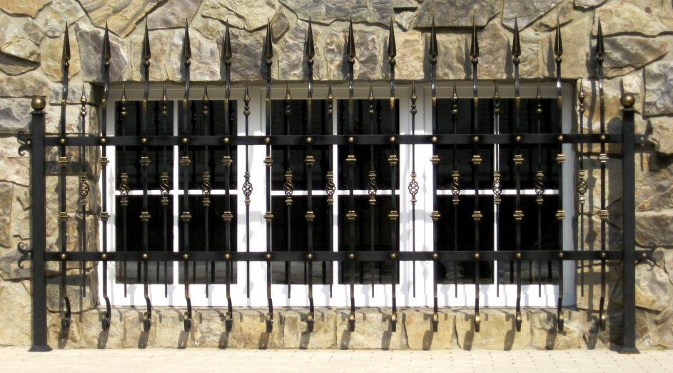 Частое расположение элементов поможет защитить окна от проникновения извне