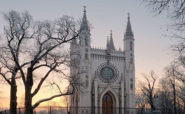 Французское gothique, немецкое gotisch, итальянское gotico производны от латинского gotthus и греческого gothos (на фото капелла)